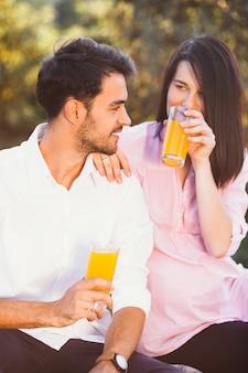 ピクニックに妊娠中のカップル
