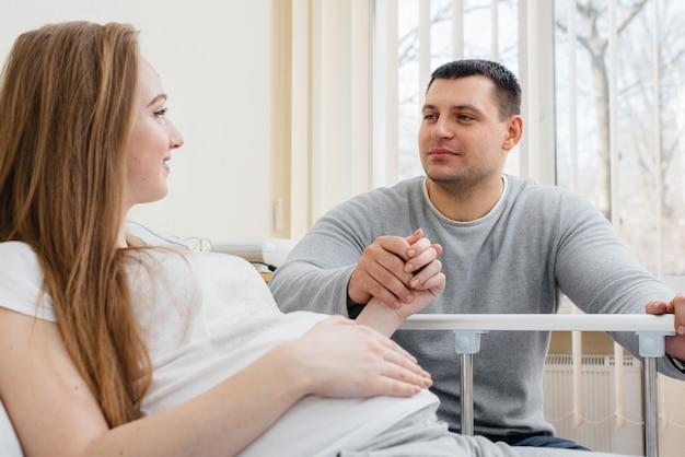 将来の父親との相談のために診療所で妊娠中の女の子。健康診断