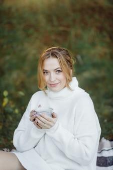 숲에서 야외 산책 임신 행복 한 젊은 여자