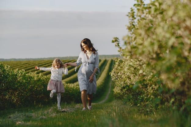 フィールドで彼女の娘と妊娠中の母親