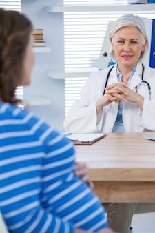 妊娠中の患者が医師に相談する