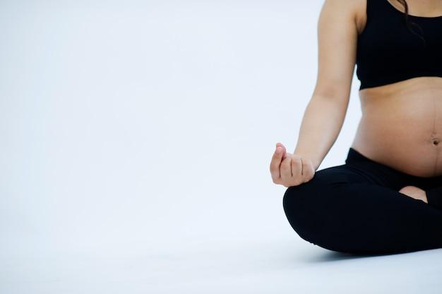 Беременные люди медитируют, чтобы обеспечить полное психическое здоровье.