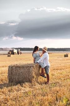 飼い葉桶で夫と妊娠しています。ひまわりと美しいカップル