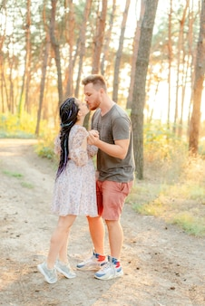妊娠中の女性と彼女の夫の森