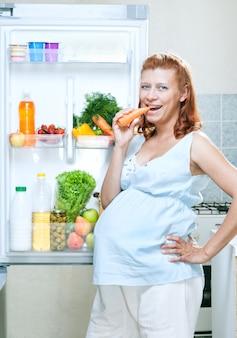 임산부와 건강 식품 야채와 과일을 넣은 냉장고