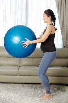 スクワットをしている妊娠中の女性