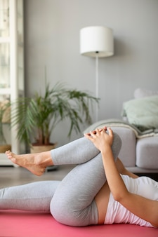 Donna incinta che fa yoga a casa