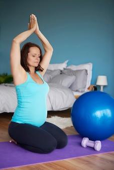 임신 한 여자는 일부 요가 수행