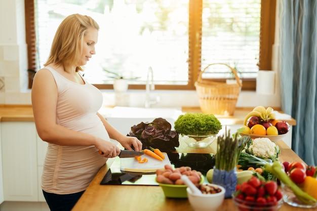 신선한 재료로 건강한 식사를 준비하는 임산부