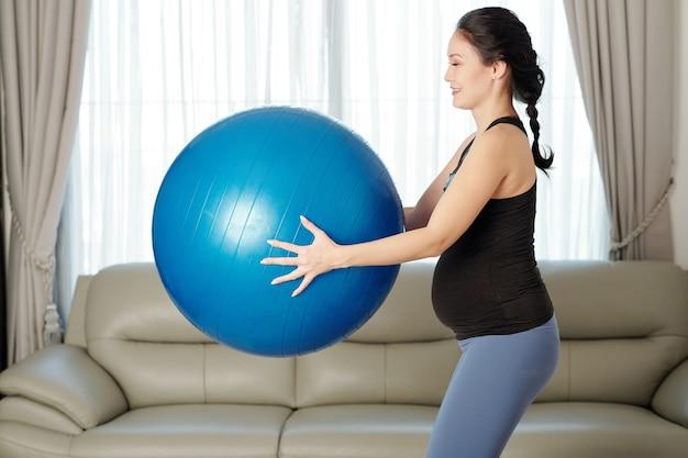 妊娠中の女性がフィットネスボールを行使