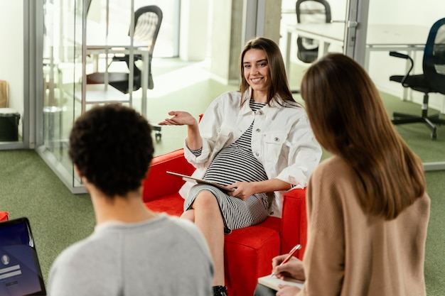 ビジネス会議をしている妊婦