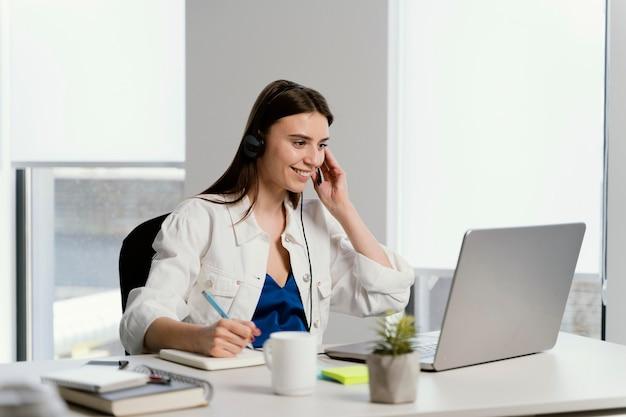 Беременная женщина по вызову на работе