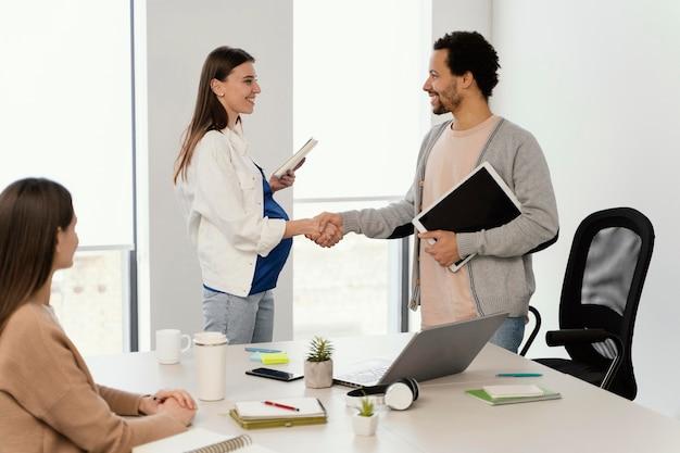 임신 한 여자는 그녀의 동료와 회의