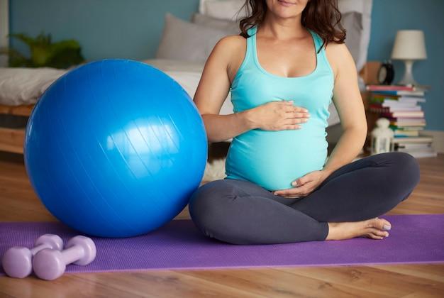 妊娠中の女性は彼女の胃を保持します