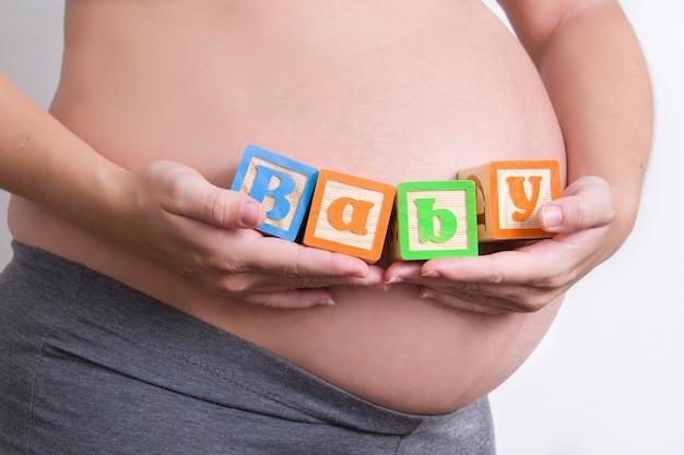 赤ちゃんの言葉を保持している妊娠中の女性