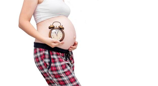 妊娠中の女性が時計を保持