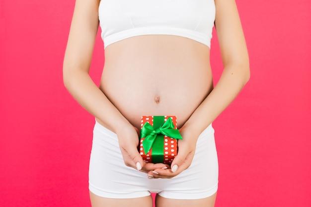 선물 상자를 들고 임신 한 여자