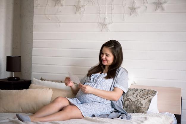 초음파 스캔을 들고 임신 한 여자입니다. 임신 건강 개념.