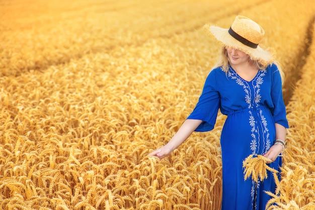 Беременная женщина в пшеничном поле