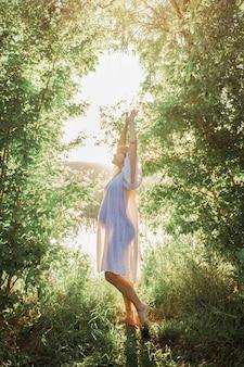 야외 공원 따뜻한 날씨에 임신 한 여자