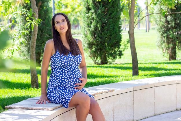 Беременная женщина в парке