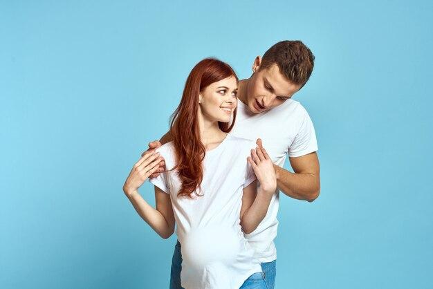 白いtシャツを着た妊婦と赤ちゃんの青を待っている男性の夫婦
