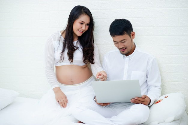 The pregnant woman is happy with her husband, preparing to watch the child who is about to give birth.
