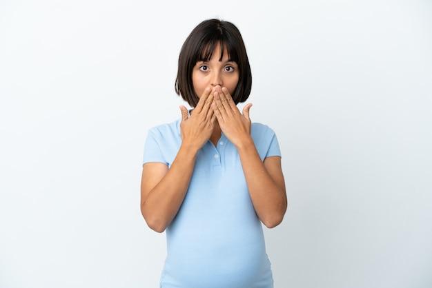 손으로 입을 덮고 격리 된 흰색 배경 위에 임신 한 여자