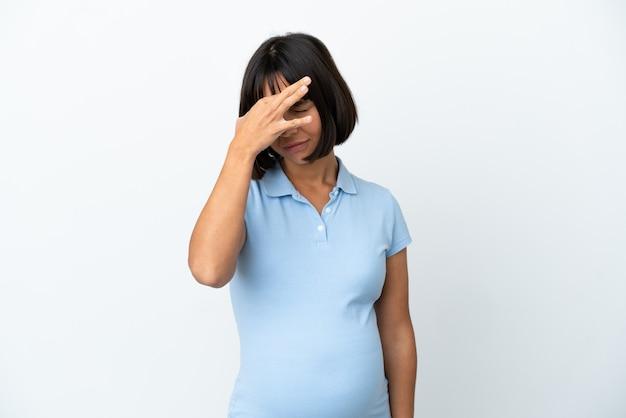 두통과 격리 된 흰색 배경 위에 임신한 여자