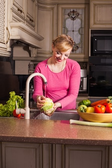 Беременная женщина приготовила обед на кухне. концепция здорового питания