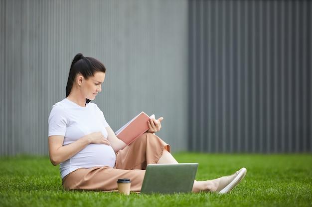 Книга чтения беременной женщины на открытом воздухе