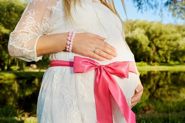 핑크 나비와 임신 한 여자의 배