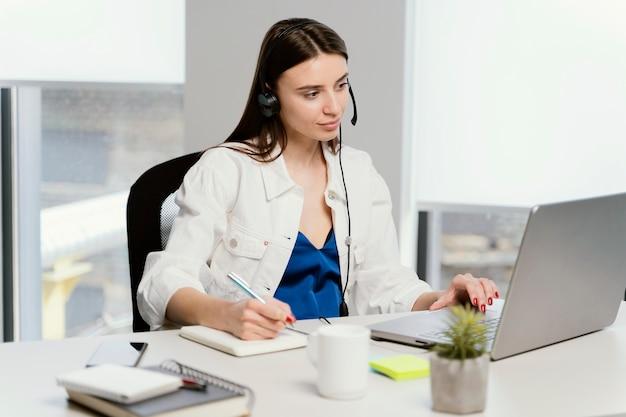 임신 한여자가 그녀의 사무실에 앉아