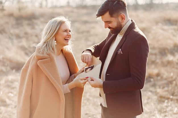 Беременная женщина в парке с мужем