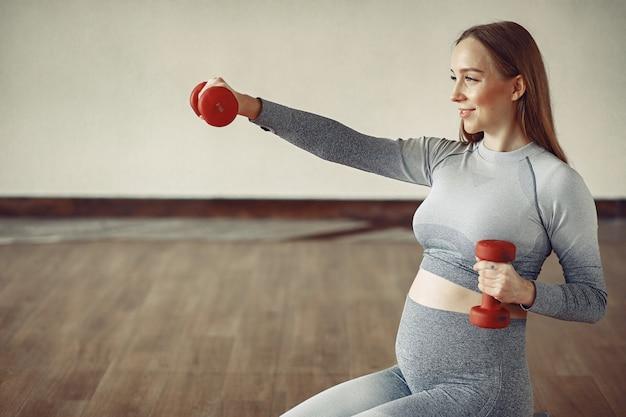 妊娠中の女性がジムでトレーニング