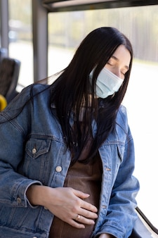 マスクをして旅行する妊婦
