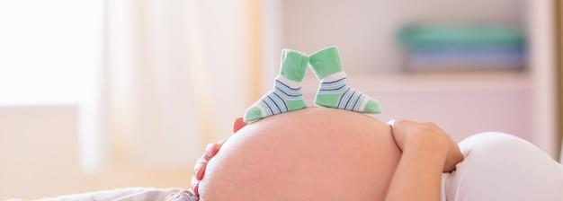 밤 동안 아기 신발 임신 한 여자