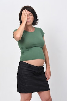 白い背景の上の頭痛と妊娠中の女性