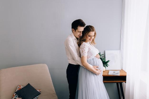 창 앞에서 남편과 임신