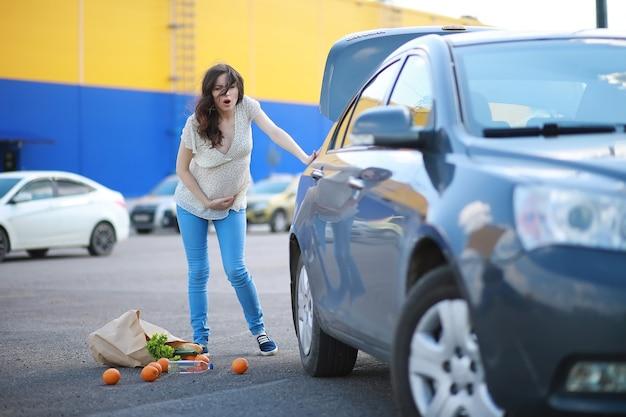 買い物をしている妊婦さんがお店からやってくる