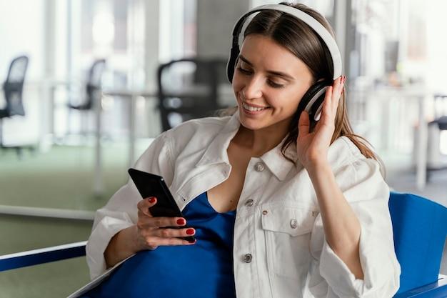 Беременная женщина, работающая в компании