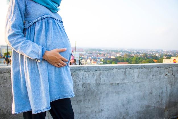 妊娠中の女性は赤ちゃんを愛し、出産を待つ