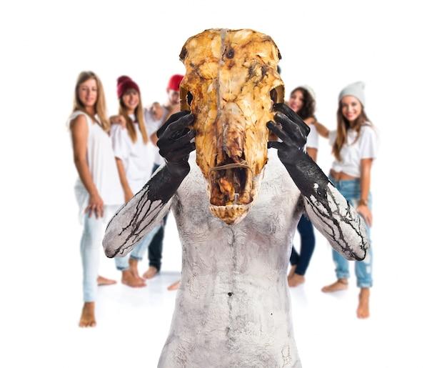 Доисторический человек с черепом телятины