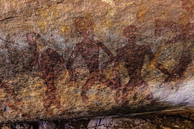 Доисторические картины в пещере на phu phra bat историческом парке провинции удонтхани, таиланд.