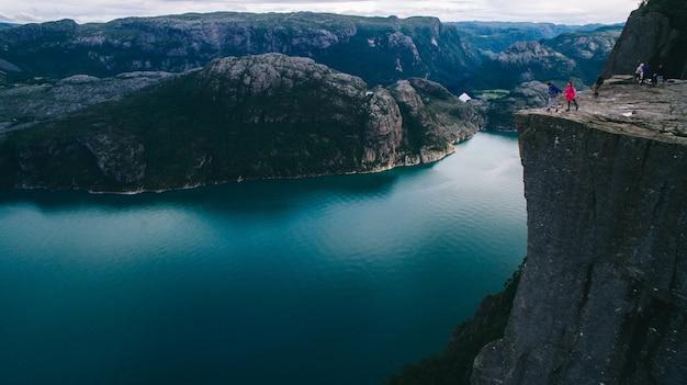 Пара в любви preikestolen массивные скалы (норвегия, lysefjorden летний вид утром)