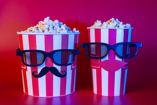 Премьера ночной рекламной концепции трейлера блокбастера. фотография двух лучших друзей, наслаждающихся красивой интересной захватывающей комедией по телевизору, изолировала яркий цветной фон