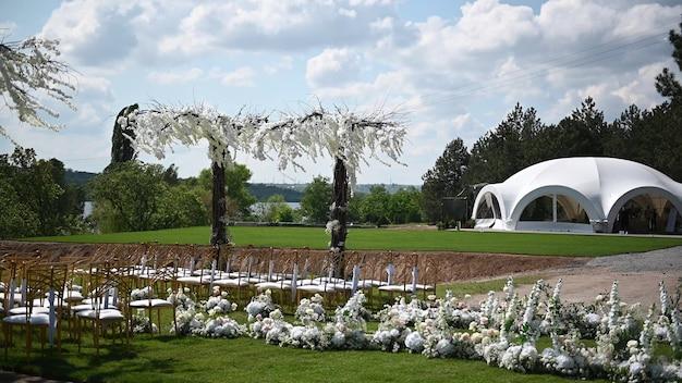 藤の木のある川岸の新婚夫婦のための結婚式のためのプレミアムアーチ