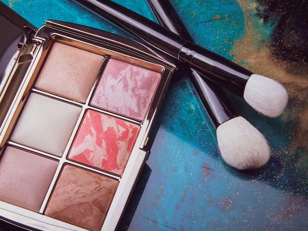 クラフト紙のプレミアム化粧品。メイクブラシ、マスカラ、パウダー