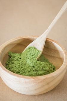 Премиум зеленый чай порошок в деревянной миске