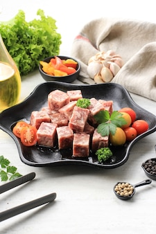 야키니쿠 그릴에 고급 일본 와규 깍둑썰기한 쇠고기 큐브 슬라이스(사이코로 일본 쇠고기).